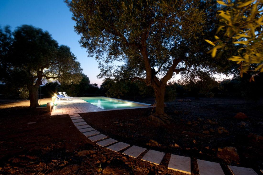 Foto di architettura di una piscina all'interno di una tenuta