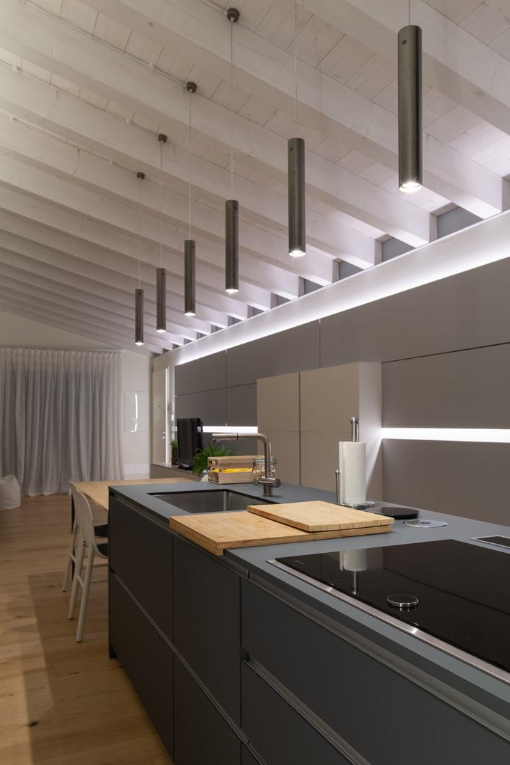 Foto illuminazione cucina moderna