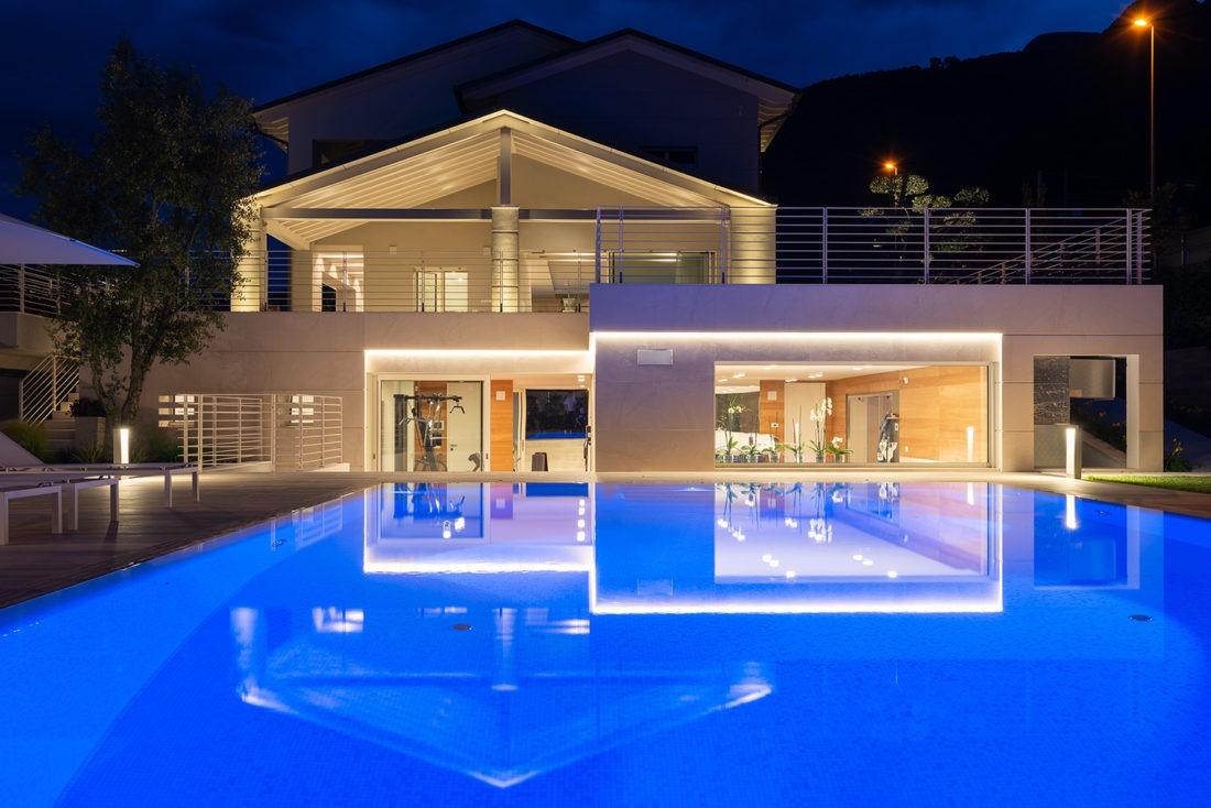 Vialla con piscina fotografata da Inlet Studio