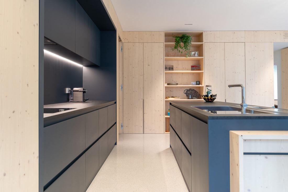 Cucina moderna fotografata da Inlet Studio