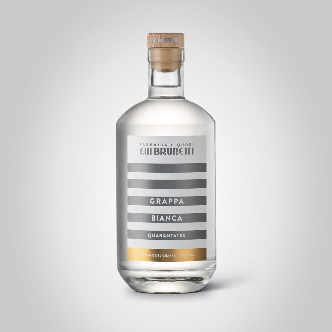 Foto still life bottiglia di grappa Brunetti