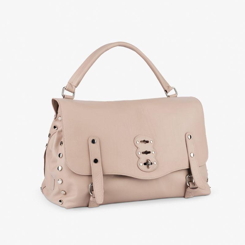 Fotografia borsa da donna su sfondo bianco