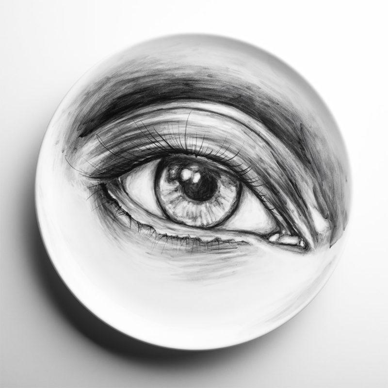 Foto di un piatto in ceramica dipinto a mano