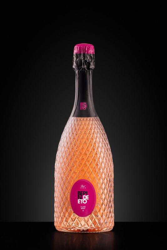 Fotografia still life di una bottiglia di vino su sfondo scuro