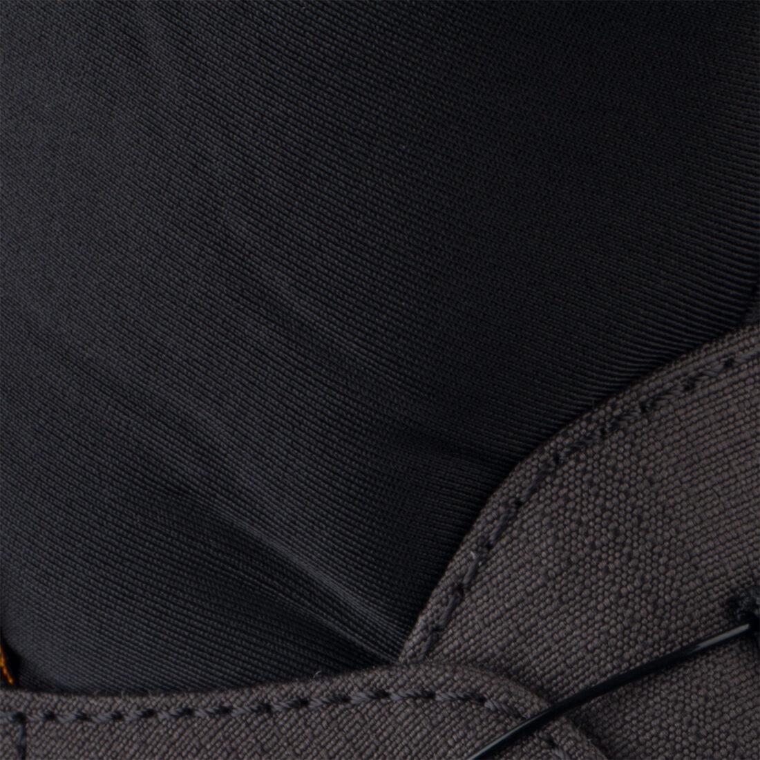 Foto del prodotto prima della post-produzione: ci sono pieghe nel tessuto e di conseguenza zone di luce e ombra discontinue