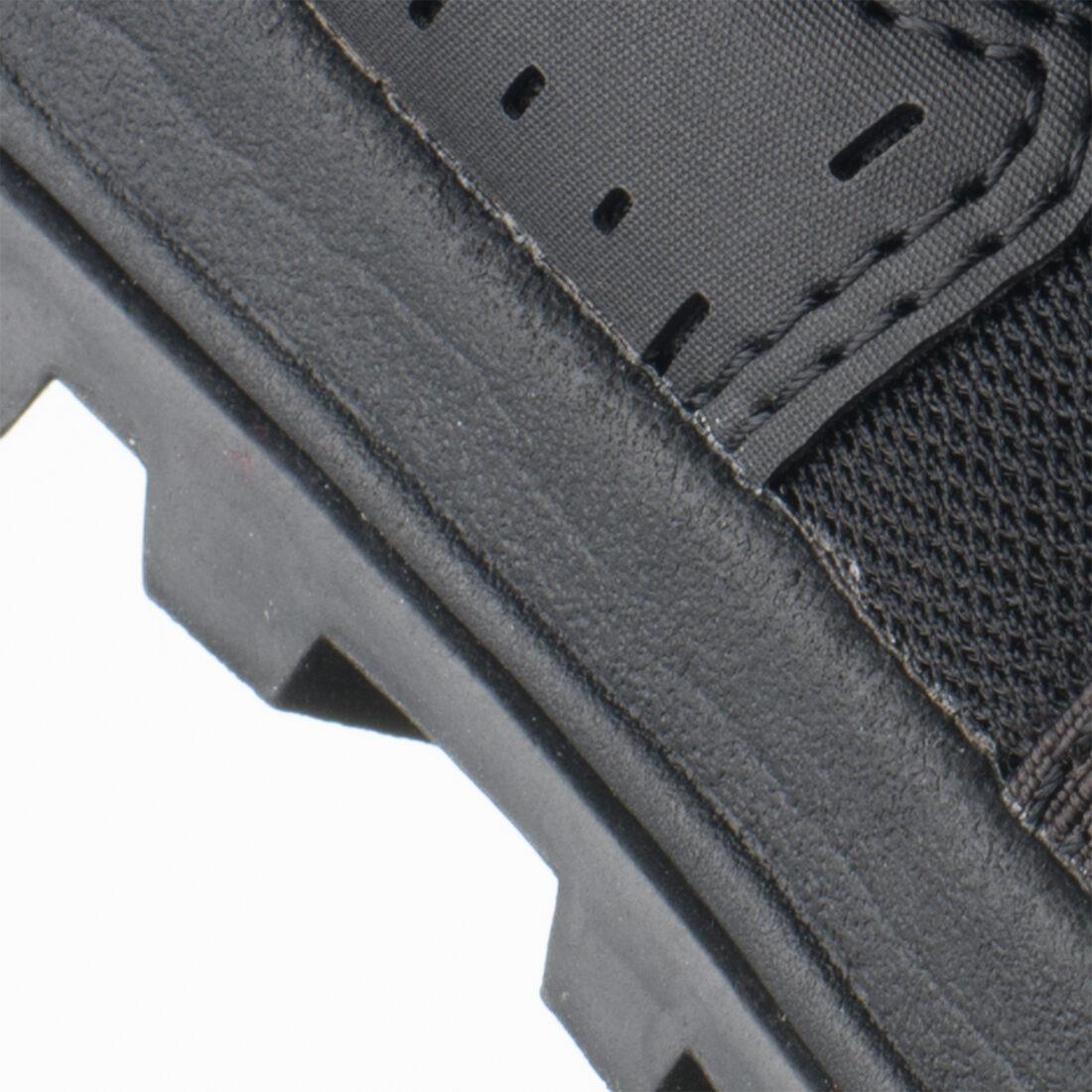 Foto del prodotto prima della post-produzione: sono presenti piccole imperfezioni della gomma e le sbavature di colla nelle giunture tra i materiali sono particolarmente evidenti a causa dell'uso del flash