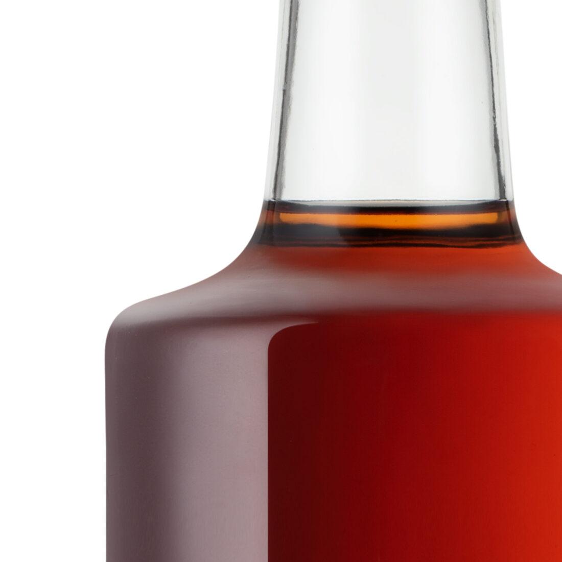 Foto della bottiglia dopo la post-produzione: esempio di post-produzione applicato alla gestione dei riflessi di una bottiglia di vetro, correzione delle macchie e pulizia delle linee