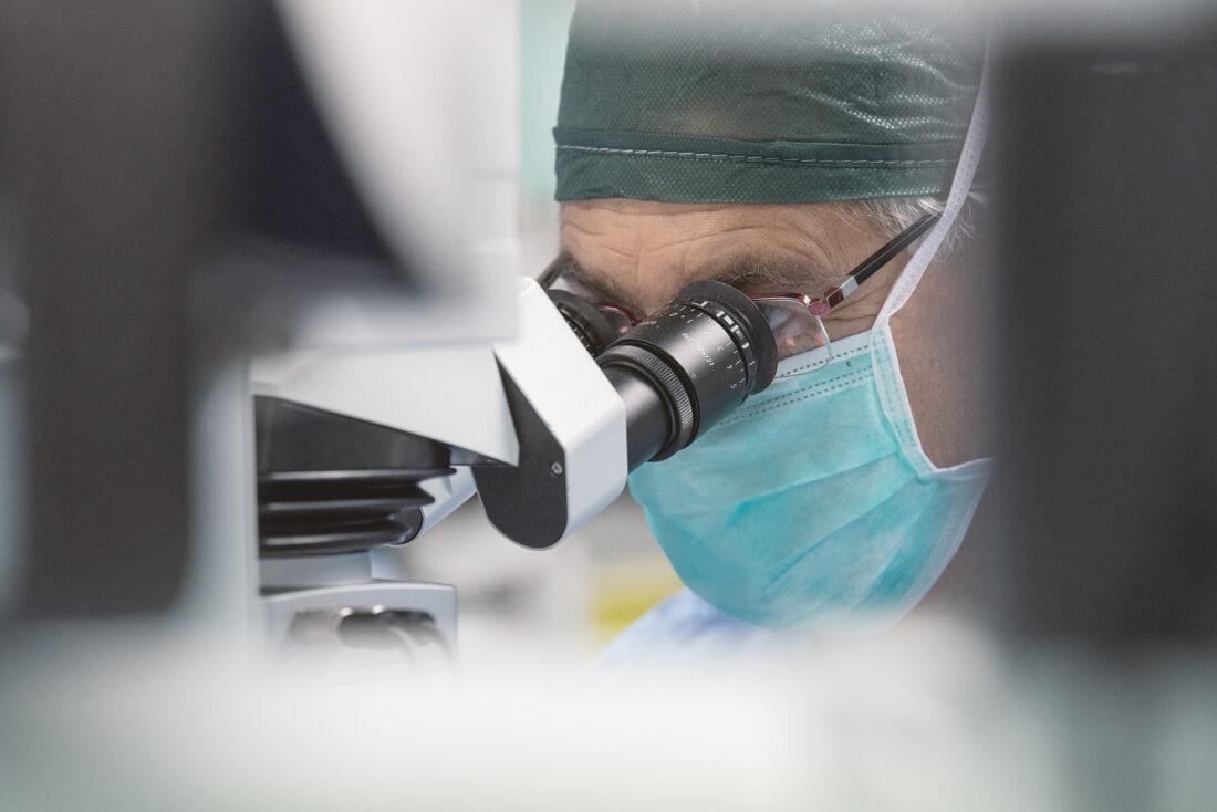 foto professionale medico in sala operatoria